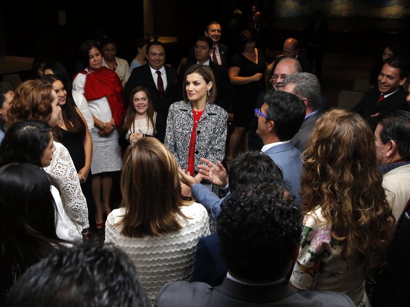 S.M. la Reina Dña Letizia recibe a los asistentes al tercer encuentro Iberoamericano de Enfermedades Raras en México DF en 2015.